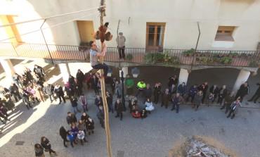 Fonz celebra San Blas con actos religiosos y la tradicional subida al madero a por el gallo