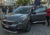 Decenas de personas descubren el Nuevo SUV Peugeot 5008