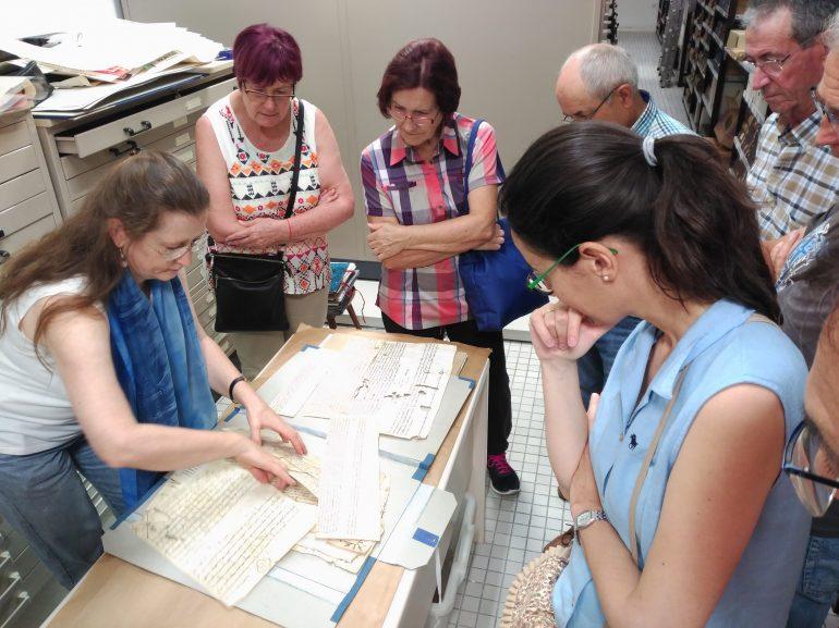 Una treintena de oscenses visitan el Archivo Municipal de Huesca en una jornada de puertas abiertas