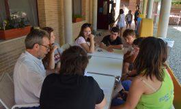 Jóvenes de varias provincias colaboran con usuarios de Down Huesca en la construcción del albergue escuela La Sabina de Fonz