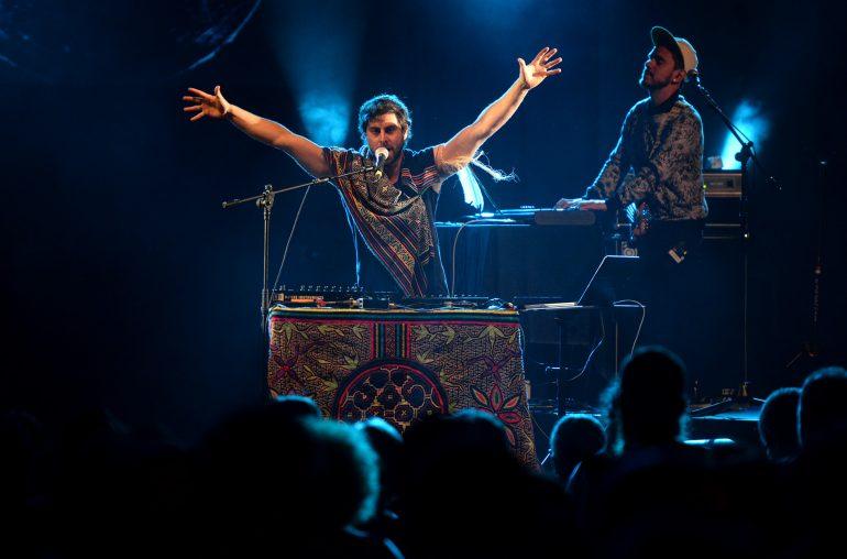 Mateo Kingman cerró un multitudinario fin de semana de Pirineos Sur con una muestra de la nueva música latina