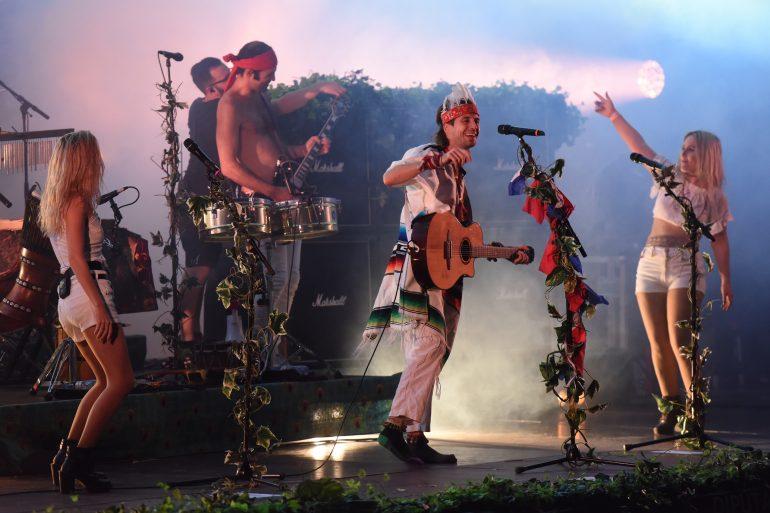 Crystal Fighters conviertieron el Anfiteatro de Lanuza en su particular pista baile con un directo arrollador