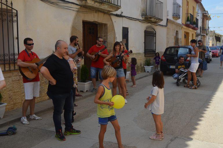 La jota de ronda ameniza las fiestas de Santalecina