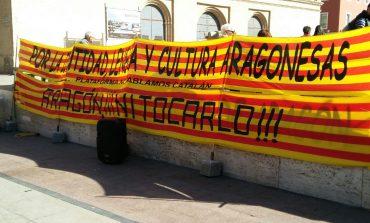 """La plataforma aragonesa """"No hablamos catalán"""" recoge 500 firmas en la plaza del Pilar"""