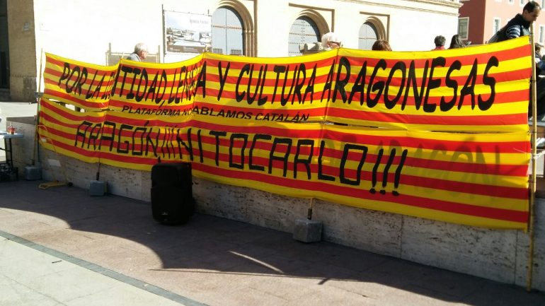 La plataforma aragonesa «No hablamos catalán» recoge 500 firmas en la plaza del Pilar