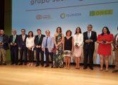 El responsable de Fundación Cruz Blanca y presidente de Lares, Juan Ignacio Vela Caudevilla recibe uno de los premios Solidarios ONCE Aragón 2018
