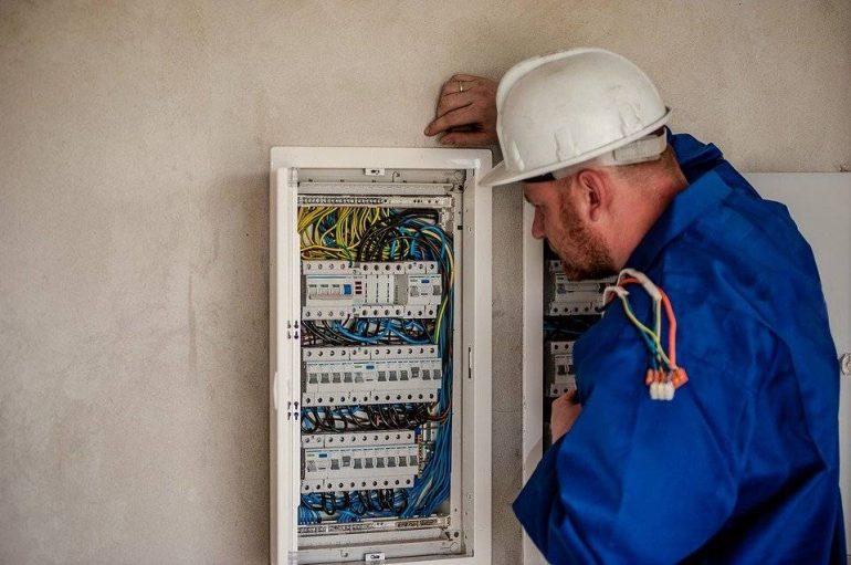 Los electricistas deben contar con un seguro de responsabilidad civil