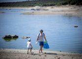 Colectivos aragoneses recogen datos sobre la basuraleza de 27 puntos en ríos, embalses y pantanos de la región